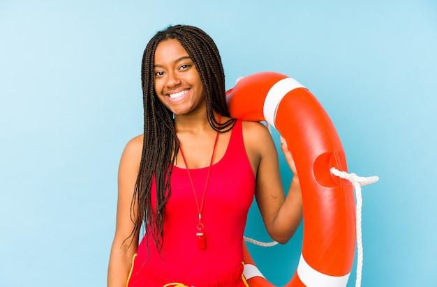 Młody african american life guard kobieta na białym tle szczęśliwy, uśmiechnięty i wesoły.