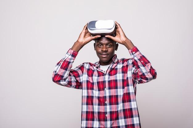 Młody african american młody człowiek ubrany w zestaw słuchawkowy wirtualnej rzeczywistości vr.