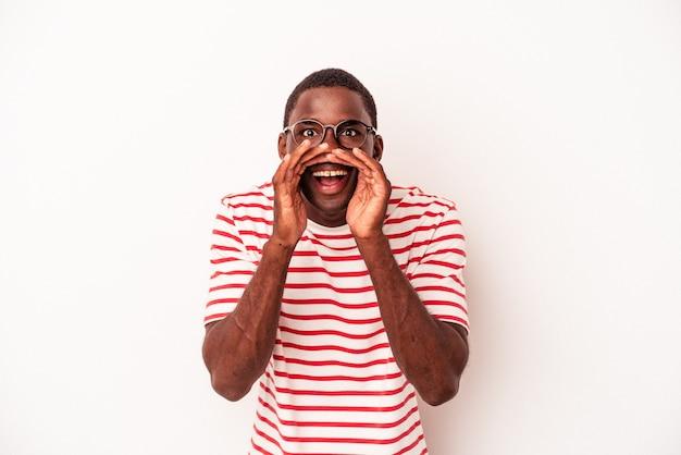 Młody afroamerykanin na białym tle mówi plotkę, wskazując na stronę zgłaszania czegoś.