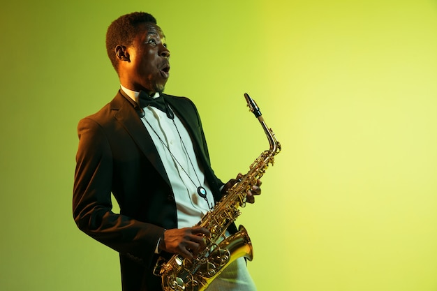 Młody afroamerykański muzyk jazzowy grający na saksofonie