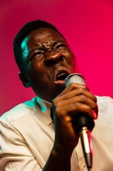 Młody afroamerykański muzyk jazzowy śpiewa piosenkę