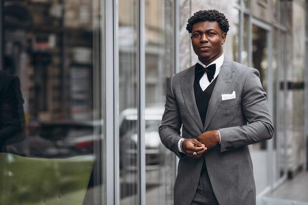 Młody afrykański biznesmen w eleganckim garniturze