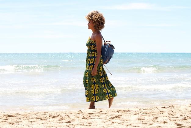 Młody afrykański kobiety odprowadzenie na plaży