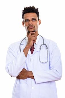Młody afrykański lekarz człowiek myśli patrząc w górę