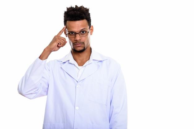 Młody afrykański lekarz człowiek myśli z palcem na głowie