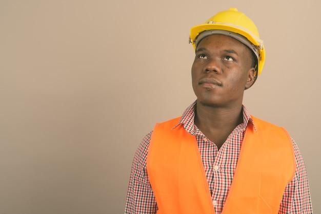Młody afrykański mężczyzna robotnik budowlany