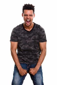 Młody afrykański mężczyzna szuka wściekły na białym tle