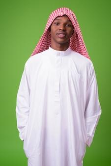 Młody afrykański mężczyzna ubrany w tradycyjne stroje muzułmańskie