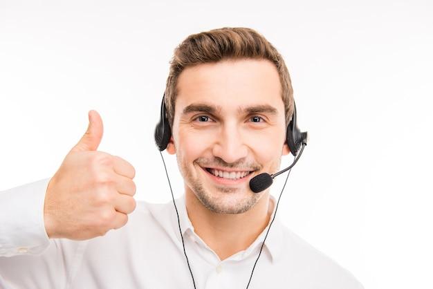 Młody agent konsultuje klientów przez telefon, wskazując kciuk do góry