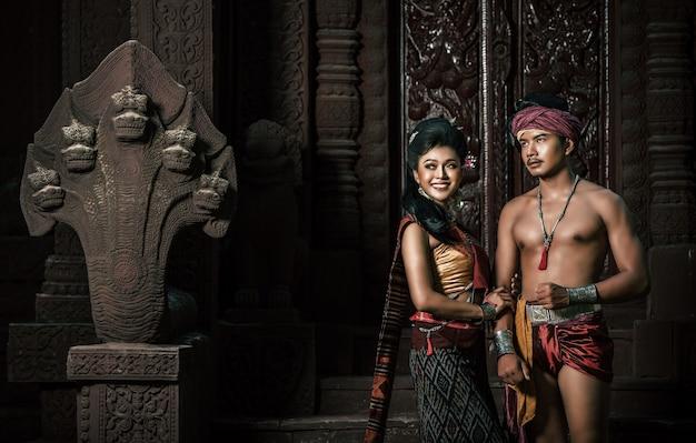 """Młody aktor i aktorka w pięknych starożytnych strojach, w starożytnych zabytkach, dramatyczny styl. występuj w popularnej opowieści o miłości legendy, tajlandzkiej opowieści ludowej o nazwie """"phadaeng i nang-ai"""" w starożytnej witrynie"""