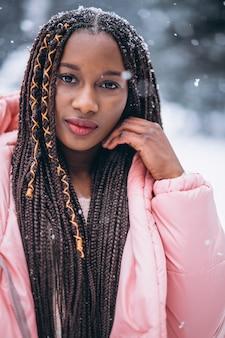Młody amerykanin afrykańskiego pochodzenia kobiety portret