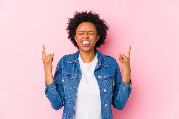 Młody amerykanin afrykańskiego pochodzenia kobiety seansu skały gest z palcami
