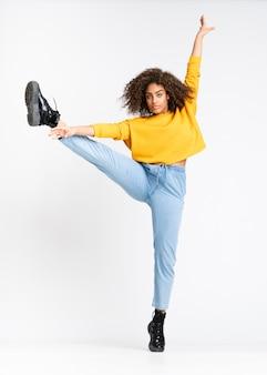 Młody amerykanin afrykańskiego pochodzenia kobiety taniec na odosobnionym bielu