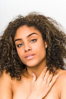 Młody amerykanin afrykańskiego pochodzenia kobiety twarzy zbliżenie