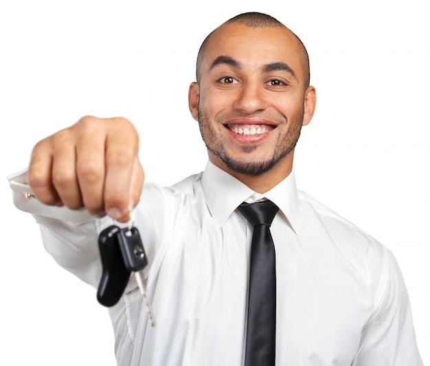 Młody amerykanina afrykańskiego pochodzenia biznesmen trzyma samochodowego klucz