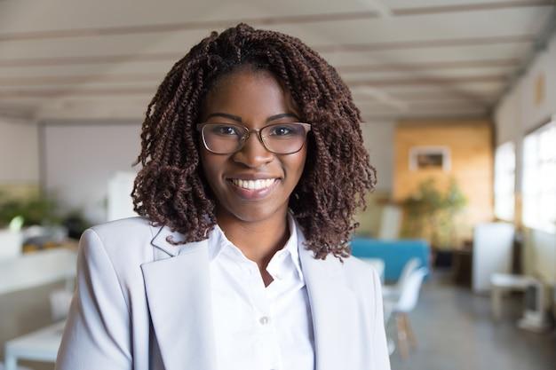 Młody amerykanina afrykańskiego pochodzenia bizneswomanu ono uśmiecha się