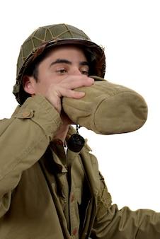 Młody amerykański żołnierz pije wodę