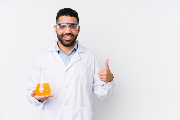 Młody arabski chemiczny mężczyzna odizolowywał uśmiecha się kciuk up i podnosi