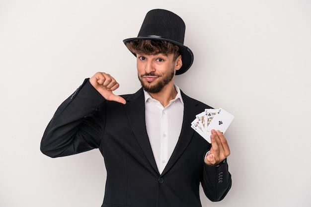Młody arabski czarodziej trzymający magiczne karty na białym tle czuje się dumny i pewny siebie, przykład do naśladowania.