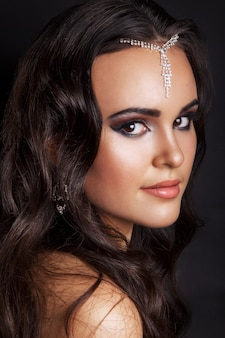 Młody arabski kobieta model z makijażem