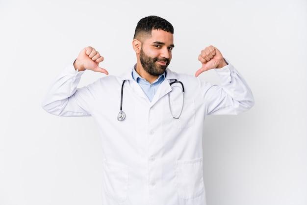Młody arabski lekarz odizolowany czuje się dumny i pewny siebie, przykład do naśladowania.