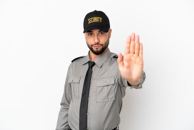 Młody arabski mężczyzna na białym tle robiący gest zatrzymania