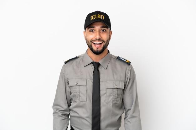 Młody arabski mężczyzna na białym tle z niespodzianką wyrazem twarzy