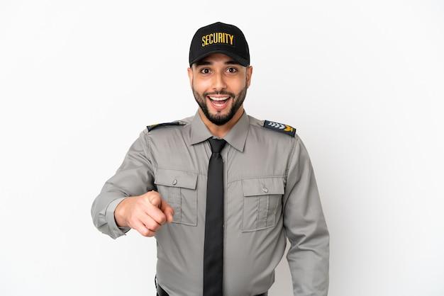 Młody arabski mężczyzna na białym tle zaskoczony i wskazujący przód