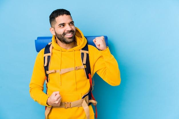 Młody arabski podróżnika backpacker mężczyzna odizolowywał dźwiganie pięść po zwycięstwa, zwycięzcy pojęcie.