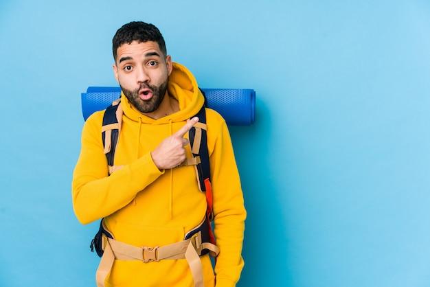 Młody arabski podróżnika backpacker mężczyzna odizolowywał wskazywać strona