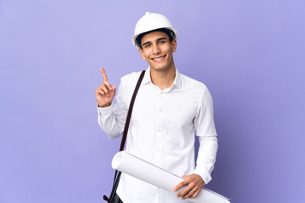 Młody architekt mężczyzna na białym tle na tle pokazując i podnosząc palec na znak najlepszych