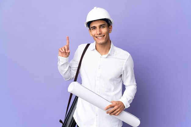 Młody architekt mężczyzna na białym tle wskazując na świetny pomysł