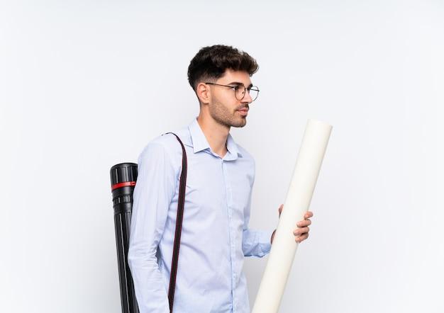 Młody architekt mężczyzna patrząc w bok