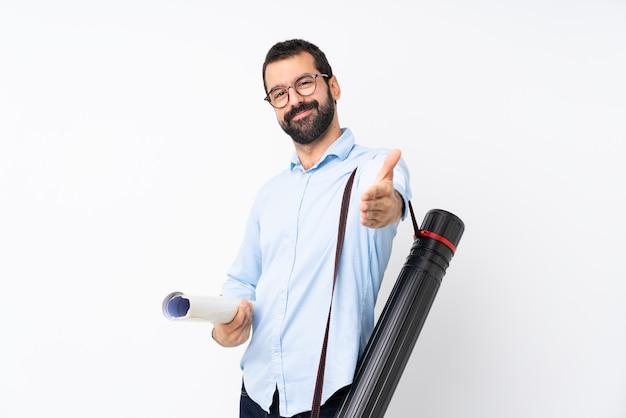 Młody architekt mężczyzna z brodą na pojedyncze białe drżenie rąk do zamknięcia dobrą ofertę