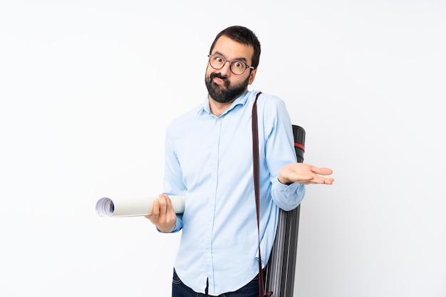 Młody architekt mężczyzna z brodą niezadowolony, że czegoś nie rozumie