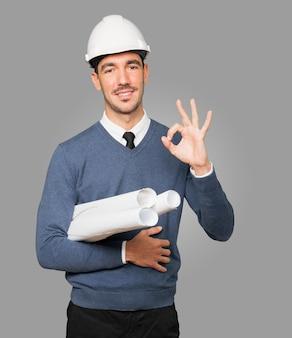 Młody architekt robi dobry gest ręką