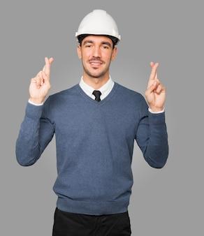 Młody architekt robi kciuki gest
