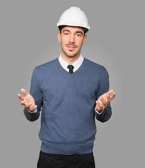 Młody architekt robiący gest zwątpienia
