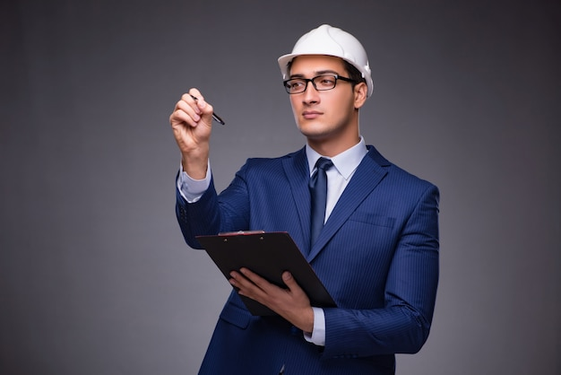 Młody architekt w przemysłowym pojęciu