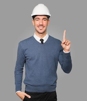 Młody architekt wykonujący gest numer jeden