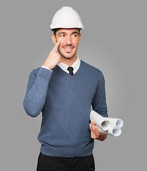 Młody architekt wykonujący gest obserwacji