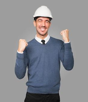 Młody architekt wykonujący gest świętowania