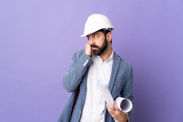 Młody architekta mężczyzna nad odosobnioną ścianą