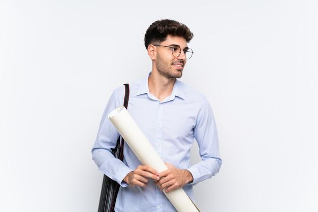 Młody architekta mężczyzna nad odosobniony biały śmiać się