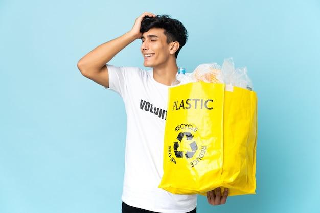 Młody argentyńczyk z torbą pełną plastiku coś sobie uświadomił i ma zamiar znaleźć rozwiązanie