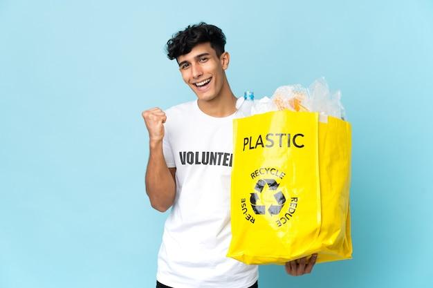 Młody argentyńczyk z torbą pełną plastiku świętuje zwycięstwo