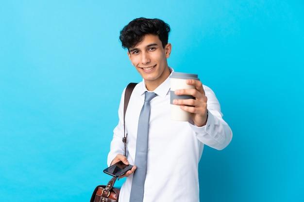 Młody argentyński biznesmen nad odosobnioną błękit ścianą