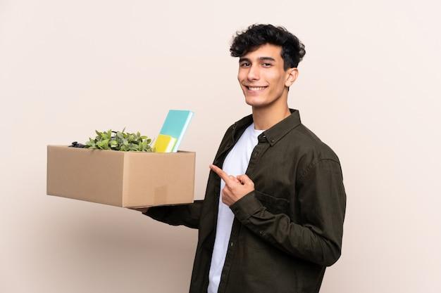 Młody argentyński mężczyzna rusza się w nowym domu nad odosobnioną ścianą i wskazuje je