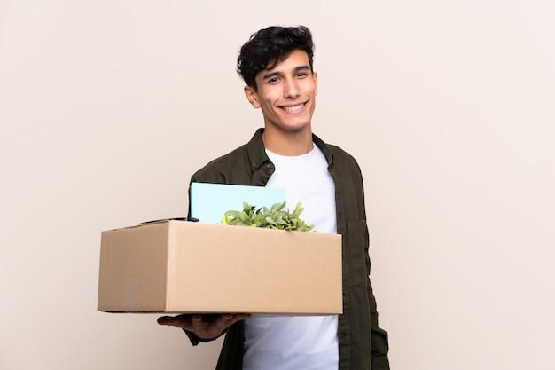 Młody argentyński mężczyzna rusza się w nowym domu nad odosobnioną ścianą z szczęśliwym wyrażeniem