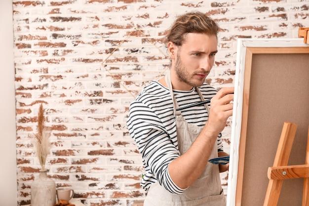 Młody artysta malujący w domu